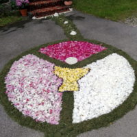 Von den Firmlingen gestalteter Blumenschmuck