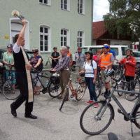 Pfarrer Oliver Rid segnet die Fahrräder und ihre Fahrer