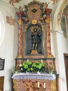 Der linke Seitenaltar ist dem Heiligen Wendelin geweiht.