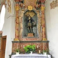 Der rechte Seitenaltar ist dem Heiligen Isidor geweiht.