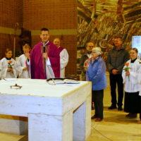 Pfarrer Oliver Rid gratuliert im Namen der PG