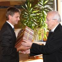2011 - Empfang im Pfarrheim zum 90. Geburtstag von Alwin Holdenrieder - PGR Vorsitzender Jürgen Hafner überbringt die Glückwünsche der Gemeinde
