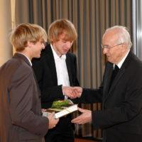 2011 - Empfang im Pfarrheim zum 90. Geburtstag von Alwin Holdenrieder - Stefan Steiner und Michael Haas überbringen die Glückwünsche der Ministranten